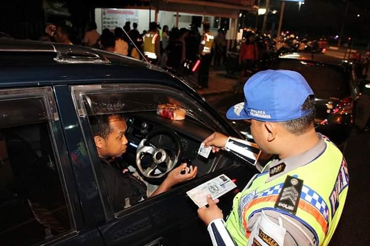 Anggota Satlantas Polres Palangka Raya saat melaksanakan giat razia rutin mengecek KTP pengendara yang melintas malam hari, Senin (7/10/2019) malam.
