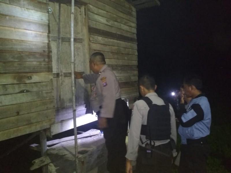 Anggota Polres Palangka Raya saat berada di TKP melakukan penyelidikan Selasa (8/10/2019) tadi malam.