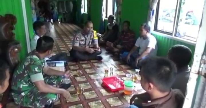 Anggota Polres Kobar dan Kodim 1014 Pangkalan Bun saat memintai keterangan keluarga korban Rabu (9/10/2019).