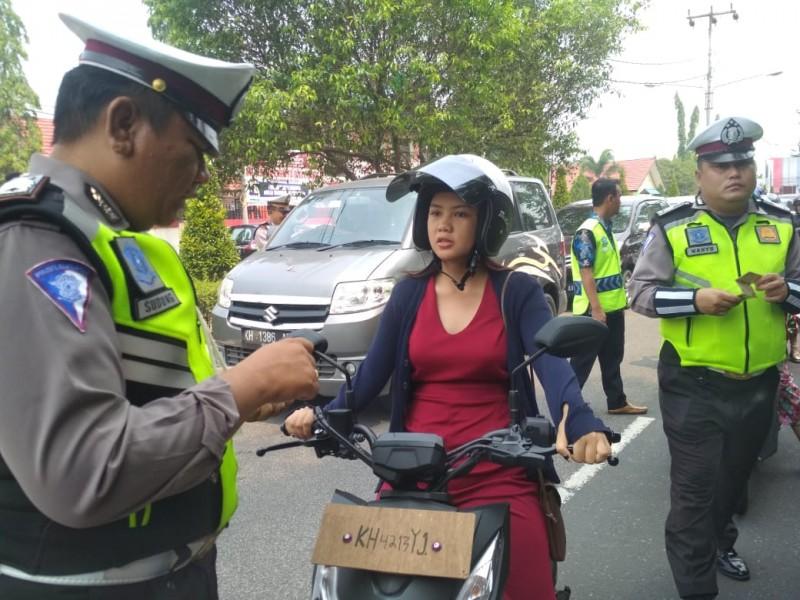 Anggota Ditlantas Polda Kalteng saat memeriksa kelengkapan surat menyurat kendaraan pengendara Kamis (10/10/2019).