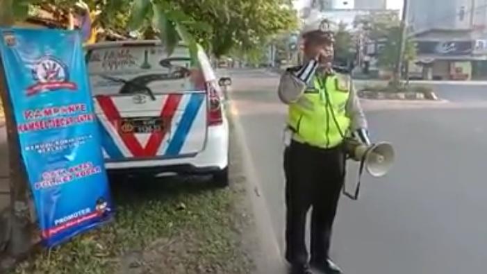 Anggota Satlantas Polres Kobar saat memberikan imbauan sekaligus sosialisasi terkait Operasi Zebra di ruas jalan dalam kota Pangkalan Bun, Kamis (10/10/2019).