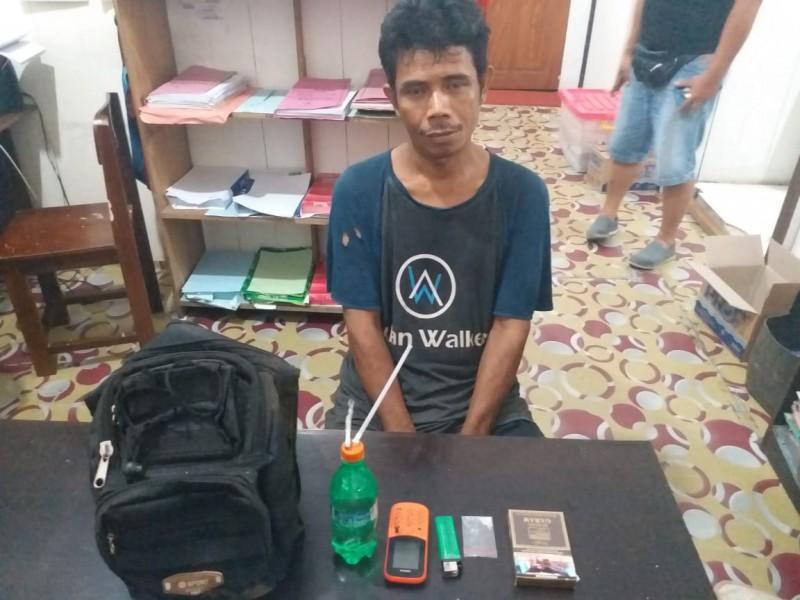 Pelaku saat diamankan bersama barang bukti di Mapolres Barut Kamis (11/10/2019).