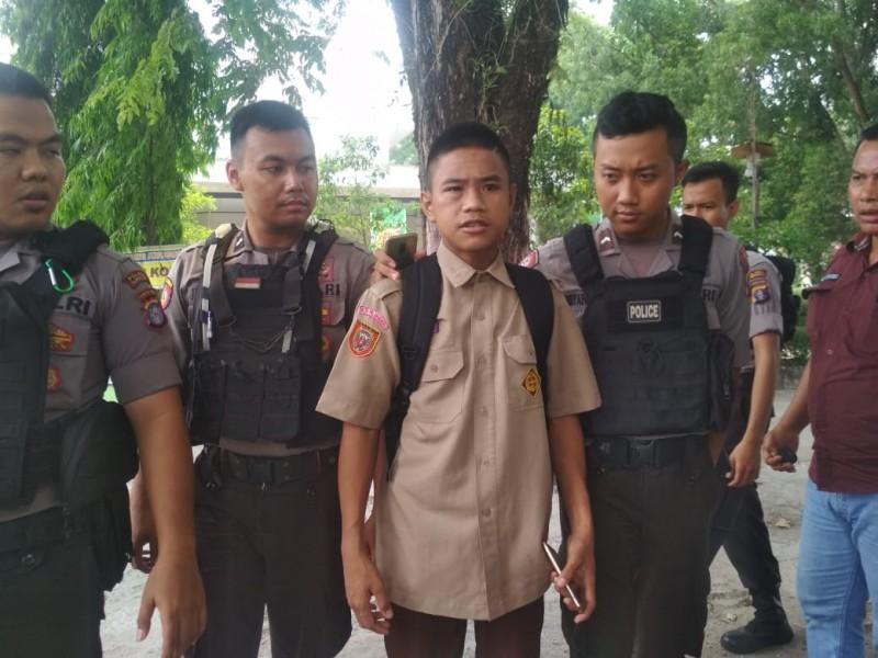 Korban saat melapor ke Mapolsek Pahandut seusai dikeroyok teman sesama sekolahnya Jumat (11/10/2019).