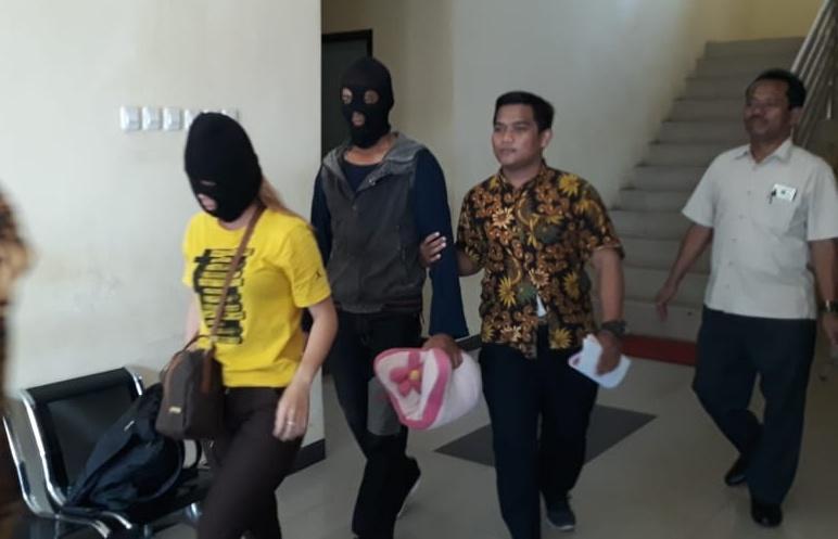 Ketiga pelaku saat digiring anggota Polda Kalteng untuk menjalani rehabilitasi Jumat (11/10/2019).
