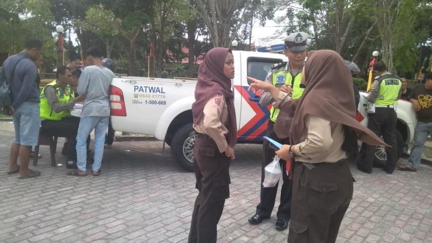 Siswi saat terjaring razia anggota Satlantas Polres Kobar Jumat (11/10/2019).