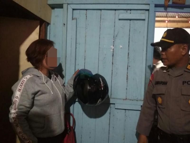 Polisi saat menggerebek sebuah kamar di warung pijat plus Jumat (11/10/2019) tadi malam.