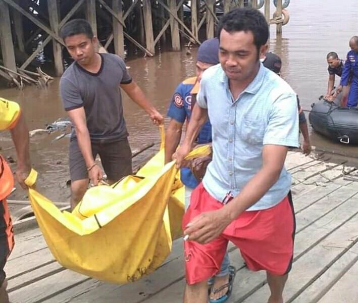 IST-Petugas Ditpolairud Polda Kalteng dan warga saat mengevakuasi jasad korban seusai ditemukan mengapung Sabtu (12/10/2019).