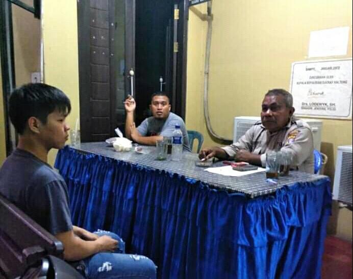 Pelaku saat memberikan keterangan rekayasa kepada anggota Polsek Ketapang Jumat (11/10/2019) malam.