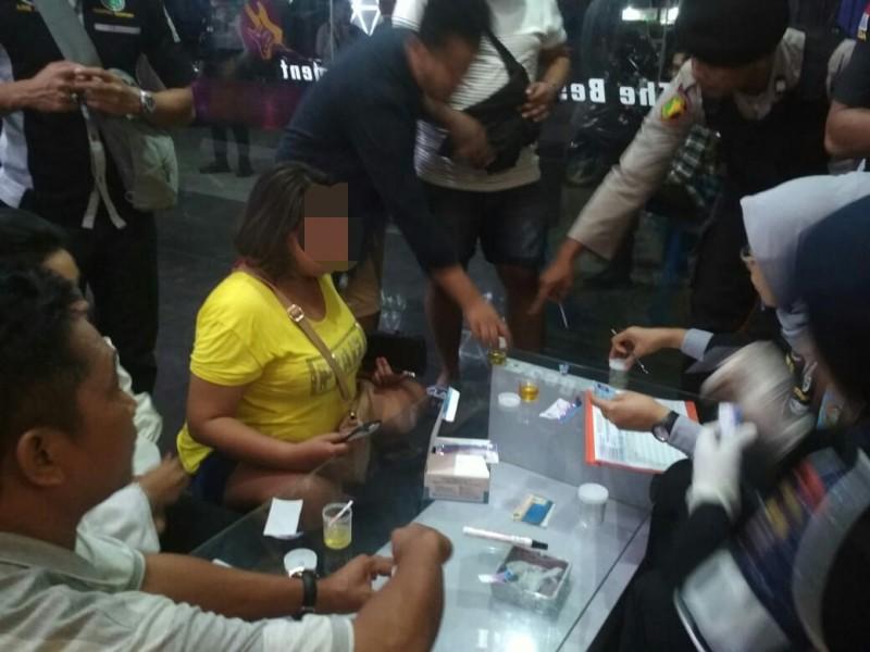 Jajaran Polda Kalteng saat menggelar tes urine terhadap pengunjung THM Sabtu (12/10/2019) tadi malam.