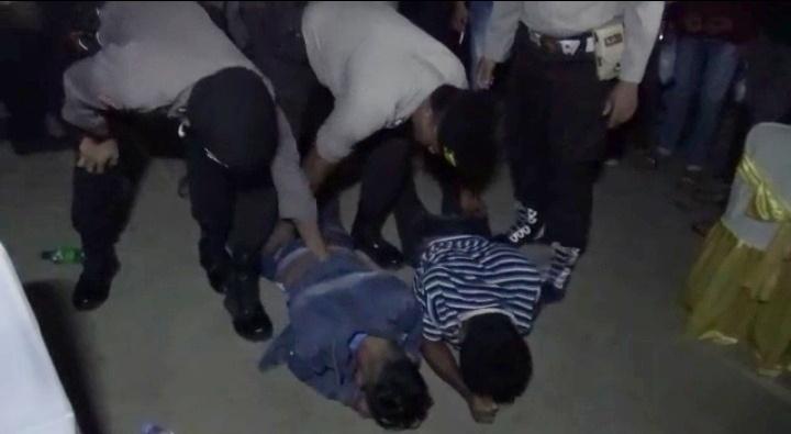 Pemuda yang membuat ricuh saat diamankan anggota Polres Kobar Sabtu (12/10/2019).