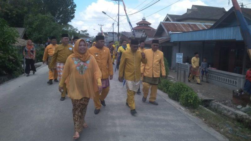 Bupati Kobar Hj Nurhidayah bersama kepala SOPD Kobar saat berjalan kaki silaturahmi ke warga belum lama ini.