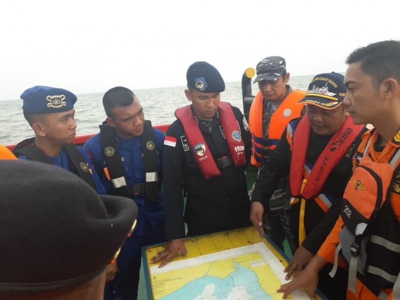 Tim gabungan saat berkoordinasi ketika melakukan pencarian di laut Minggu (13/10/2019).