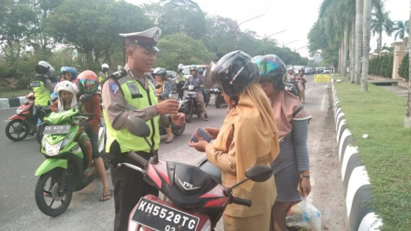 Petugas Satlantas Polres Palangka Raya saat memeriksa kelengkapan surat menyurat kendaraan dan bawaan pengendara Senin (14/10/2019).