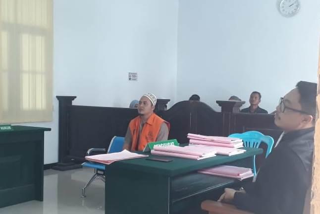 Terdakwa saat menjalani sidang di PN Pankalan Bun Senin (14/10).