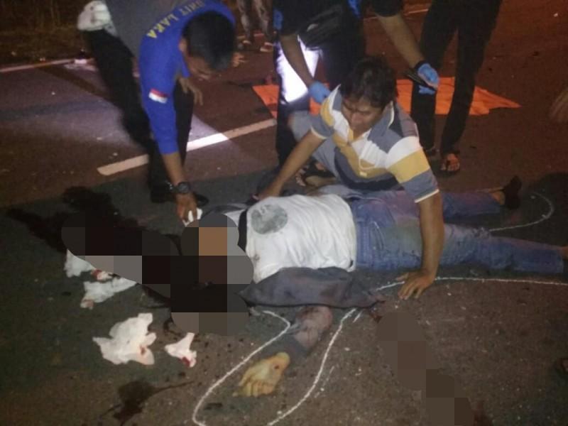 Korban saat tergeletak tewas di lokasi kejadian saat disambangi orang tuanya, dan anggota Satlantas Polres Palangka Raya yang melakukan olah TKP Senin (14/10/2019) tadi malam.
