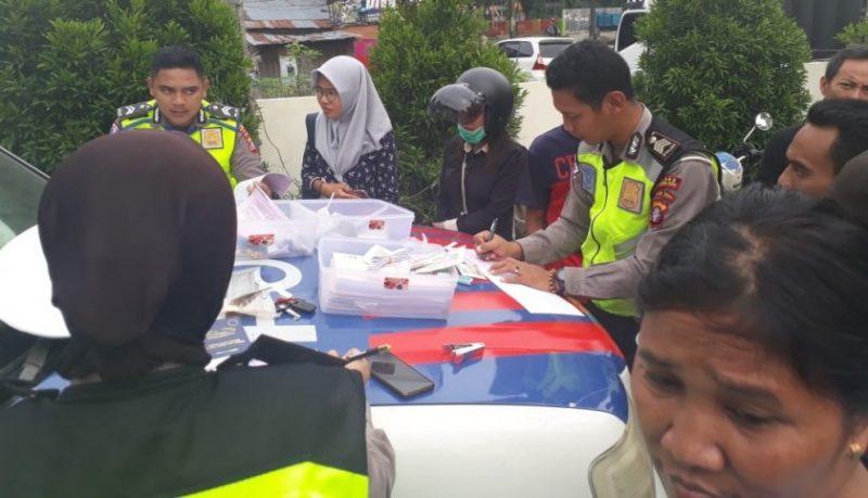 Anggota Satlantas Polres Kobar saat menilang pengendara yang terjaring Selasa (15/10/2019).