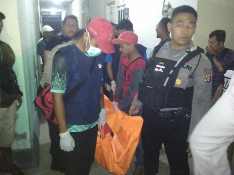 Jasad korban saat dievakuasi petugas kepolisian seusai ditemukan Selasa (15/10/2019).