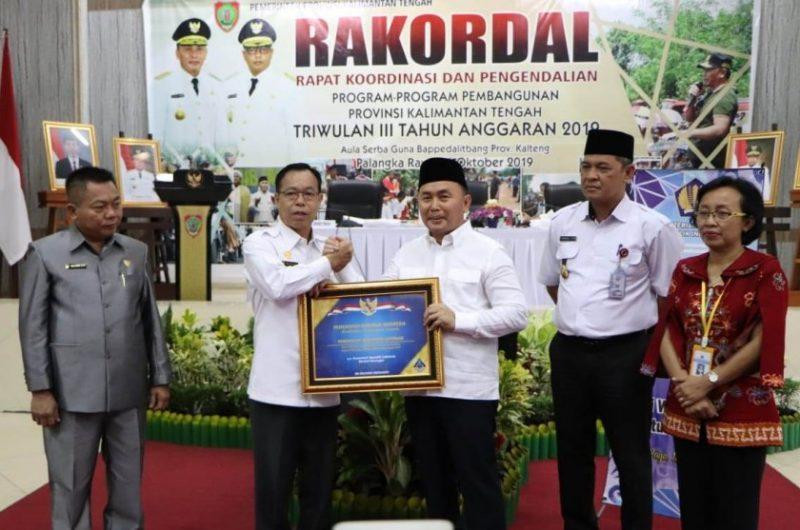 Gubernur Kalteng Sugianto Sabran saat menyerahkan piagam penghargaan WTP kepada Bupati Katingan Sakariyas, Rabu (16/10/2019).