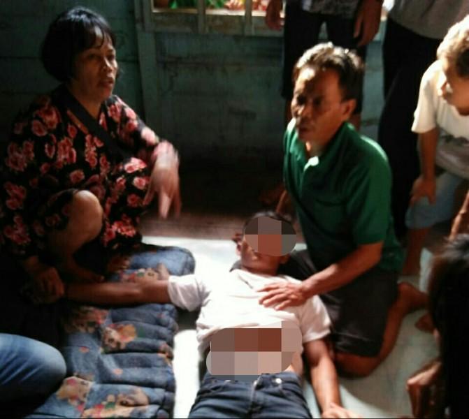 Korban saat dievakuasi keluarganya seusai ditemukan gantung diri Rabu (16/19/2019).