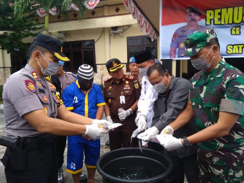 Kapolres Sukamara AKBP Sulistiyono bersama Bupati Sukamara Windu Subagio saat memusnahkan barbuk sabu, Rabu (16/10/2019).
