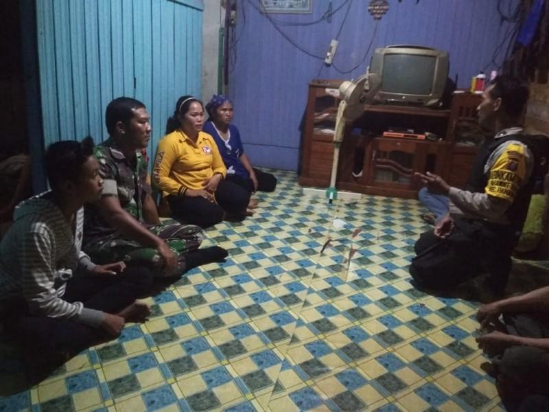 Orang tua korban saat menceritakan kejadian ke polisi Rabu (16/10/2019).