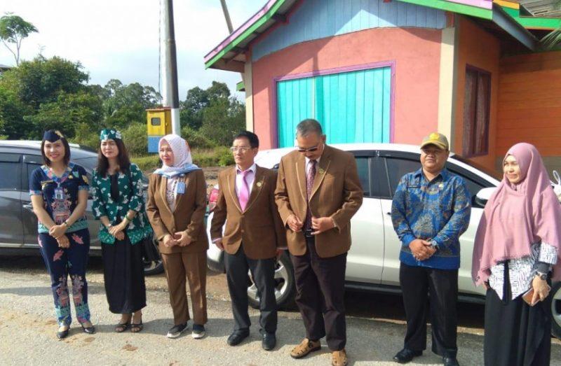 Sekcam Murung (ujung kiri baju biru) saat mengahadiri kegiatan akreditasi Puskesmas Puruk Cahu Sebrang Kamis (17/10/2019).