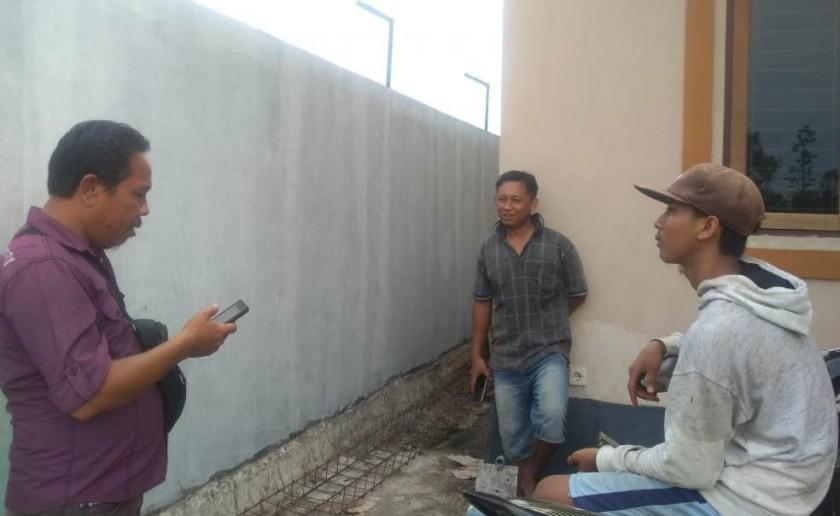 Warga yang tinggal diperumahan saat menceritakan kejadian pencurian di daerahnya kepada awak media, Kamis (17/10/2019).