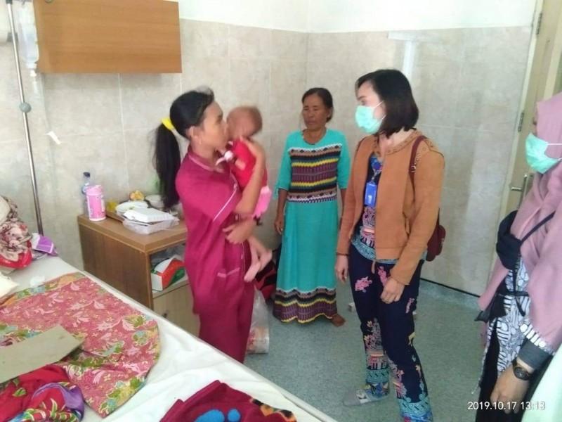 Sekcam Murung Tenny saat membesuk balita penderita gizi buruk di RSUD Puruk Cahu Kamis (17/10/2019).