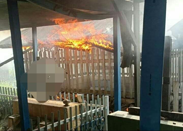 Bangunan makam saat dilahap api yan berkobar Kamis (17/10/2019).