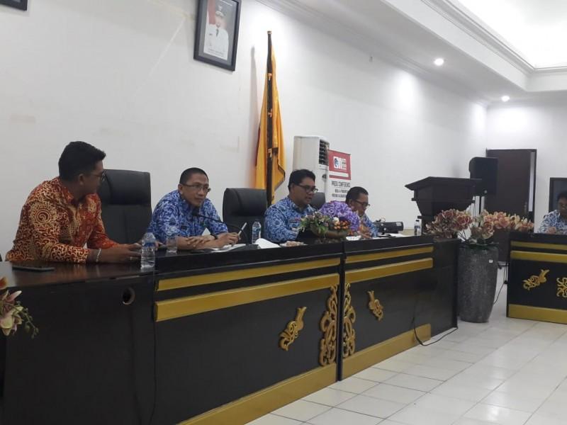 Kadis PUPR Kalteng Shalahuddin saat memberikan keterangan kepada awak media, saat menggelar konferensi pers Kamis (17/10/2019).