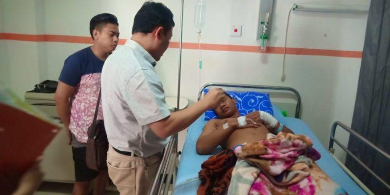 Pelaku saat menjalani perawatan seusai dilumpuhkan akibat ulahnya hendak menyerang polisi, Jumat (18/10/2019).