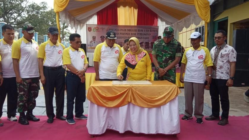 Bupati Kobar Hj Nurhidayah saat meresmikan Pasar Indrasari Jumat (18/10/2019).