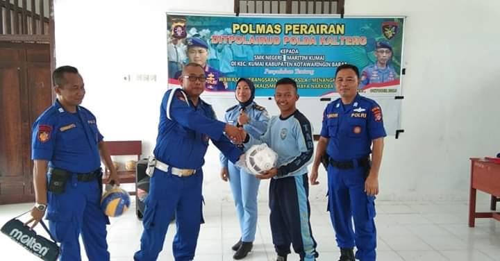 Personel Ditpolair Polda Kalteng saat menyerahkan bantuan olahraga kepada siswa Jumat (18/10/2019).