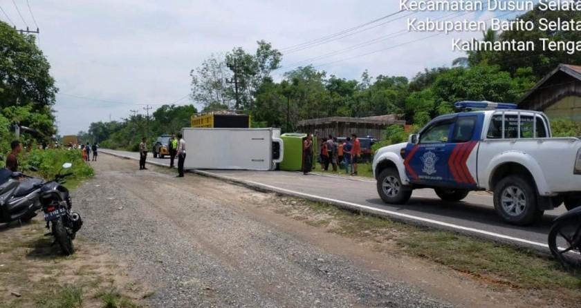 IST-Truk saat terguling membentang ditengah jalan Jumat (18/10/2019).