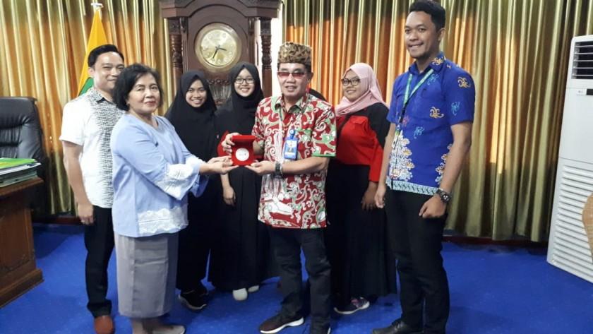 Rektor UPR Andrie Elia bersama dosen pembimbing dan empat mahasiswanya poto bersama sambil memperlihatkan medali yang diraih, Jumat (18/10/2019).
