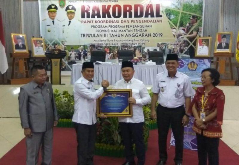 Wakil Bupati Murung Raya Rejikinoor saat menerima piagam penghargaan WTP dari Gubernur Kalteng Sugianto Sabran, baru-baru ini.