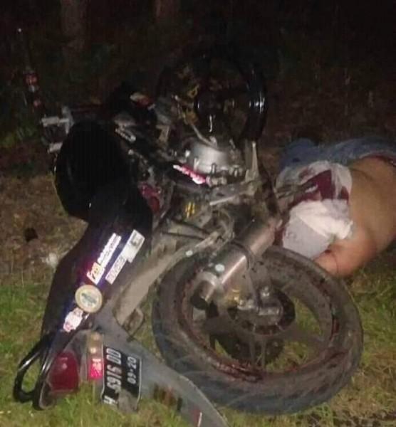 Korban saat tergeletak tewas bersama sepeda motornya Minggu (20/10/2019) malam.