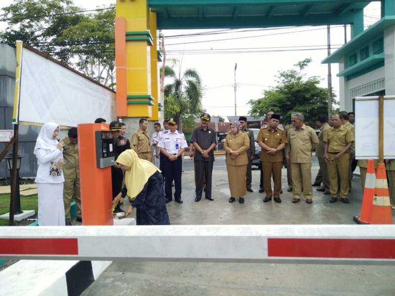 Bupati Kobar Hj Nurhidayah bersama sejumlah kepala FKPD dan SOPD Pemkab Kobar saat meresmikan parkir elektronik Senin (21/10/2019).