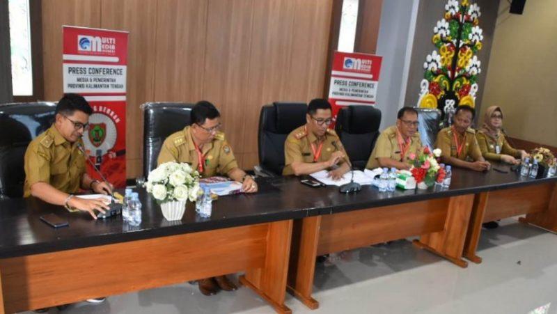 Kepala Disperkimtan Kalteng Leonard S Ampung bersama sejumlah pejabat lainnya saat memaparkan capaian keberhasilan pembangunan dibidang perumahan dan permukiman Senin (21/10/2019).