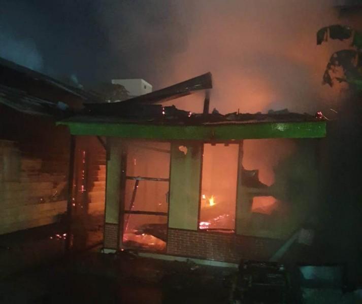 Api saat berkobar melahap bangunan rumah Senin (21/10/2019) malam.