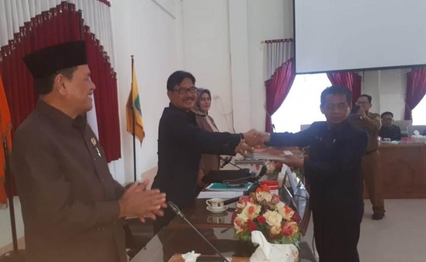 Ketua DPRD Barsel Farid Yusran saat serah terima berkas APBDP Senin (21/10/2019).