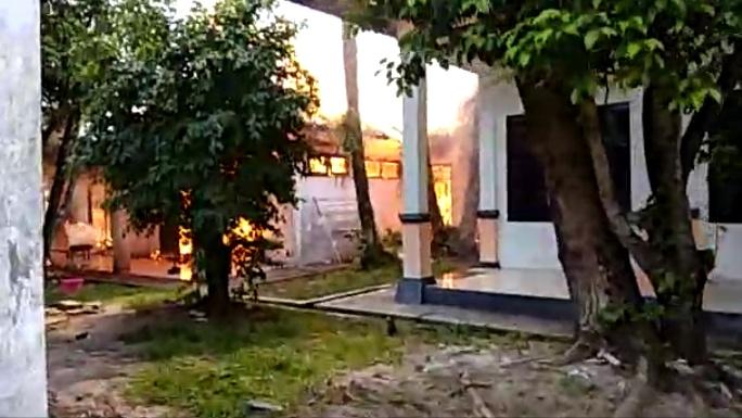 Satu bangunan Kantor Disperindag Kalteng saat diamuk si jago merah Rabu (23/10/2019).