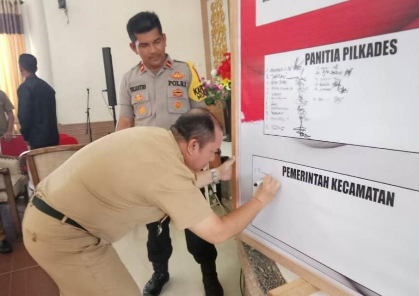 Camat Murung Banjang Jalin saat ikut menandatangani deklarasi Pilkades Serentak Damai Rabu (23/10/2019).
