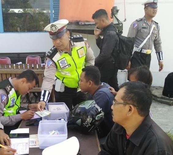 Anggota Satlantas Polres Kobar saat menilang pengendara yang terjariang razia Operasi Zebra Rabu (23/10/2019).