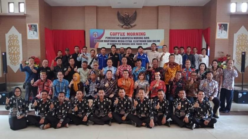 Bupati Mura Perdie dan Ketua DPRD Doni  bersama awak media saat poto bersama Kamis (24/10/2019).