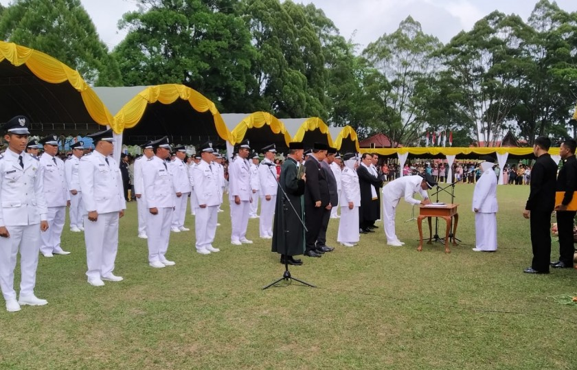 Bupati Kobar Hj Nurhidayah saat melantik 43 Kades Terpilih Jumat (25/10/2019).