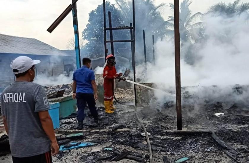 Petugas Damkar Kobar saat melakukan pemadaman api di lokasi kejadian Jumat (25/10/2019).