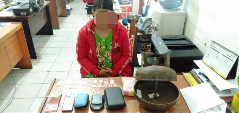 Tersangka saat diamankan bersama barang bukti di Mapolres Kotim Jumat (25/10/2019).