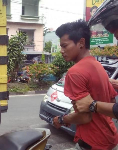 Pelaku saat ditangkap anggota Polsek Pahandut Sabtu (26/10/2019).