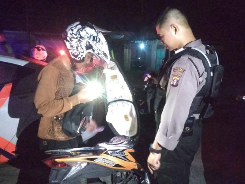 Anggota saat memeriksa pengendara ketiga menggelar razia di Pahandut Seberang Sabtu (26/10/2019) malam.